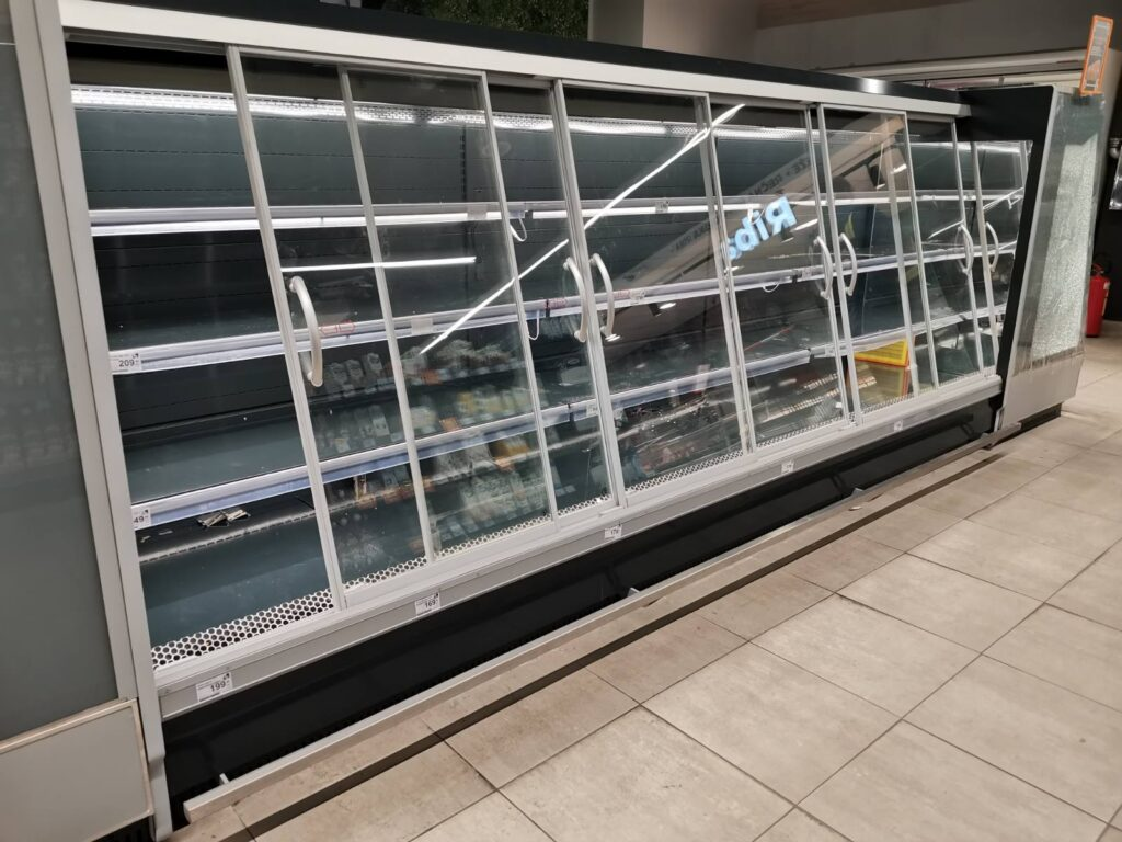 Рафови и расхладне витрине празне, фото: В.Д.