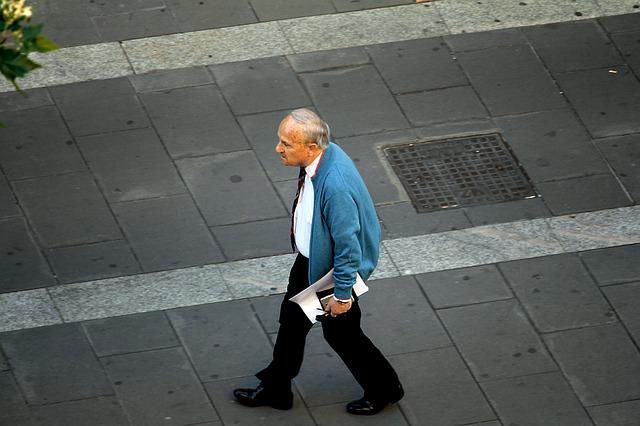 Старији човек шета, фото Pixabay.com, аутор: Даниел Небреда