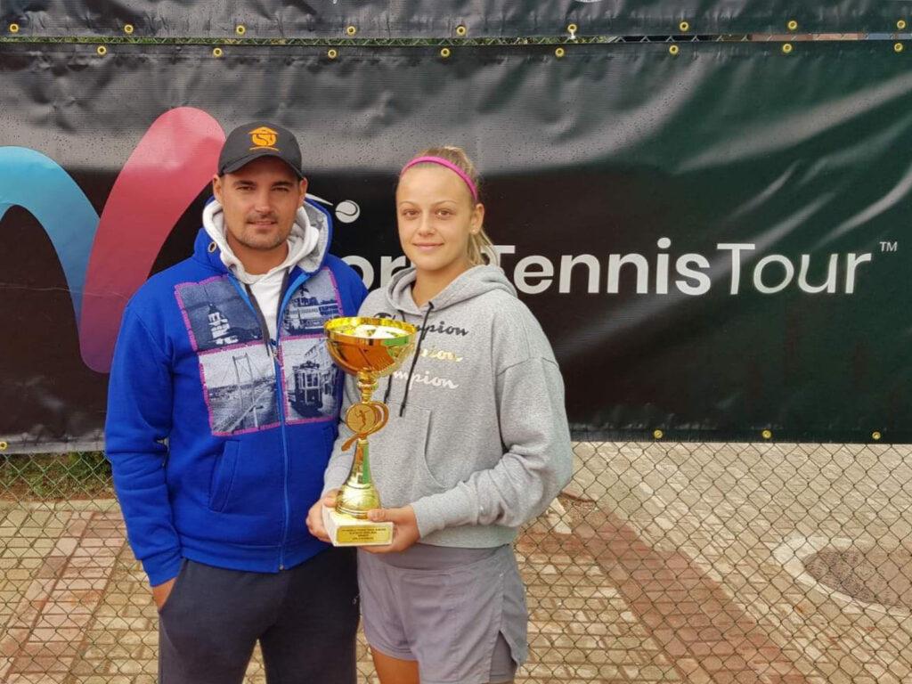 На фотографији су Емилија Здравковић (ТАЖ) и Марко Јанковић (тренер Тениске академије Живковић) на Златибору са шампионском титулом у дублу.