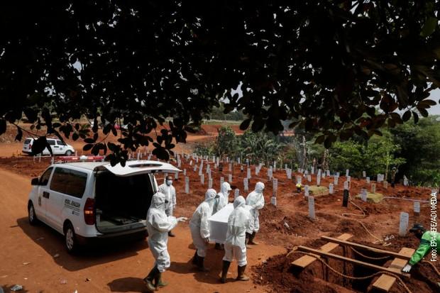 Одбијали да носе маске па кажњени да копају гробове за преминуле од ковида-19